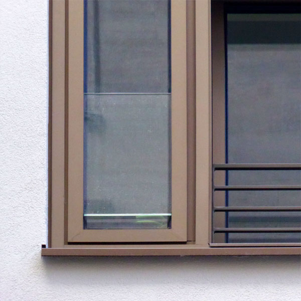 timm-fensterbau-berlin-friedrichstrasse-plattenbau-fenster-detail-glasbruestung