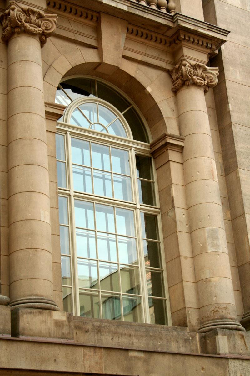 timm-fensterbau-berlin-fenster-staatsbilbliothek-rundbogenfenster-aussen